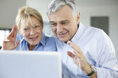Senior couple connected with family on internet — Stock Photo