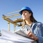 女工程师在建筑工地使用平板电脑 — 图库照片
