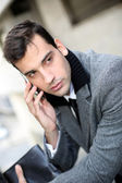 Módní mladý podnikatel hovoří na mobilním telefonu — Stock fotografie