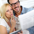 Couple at home reading news — Stock Photo