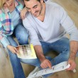 Couple at home ready to remodel the rooms — Stock Photo