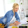 Woman working on home improvement planning — Stock Photo