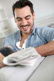 Homme se détendre à la maison avec le journal — Photo