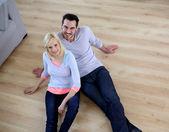 Vue supérieure du couple reposant sur le sol — Photo