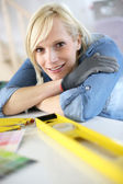 Closeup of blond woman using level — Stock Photo