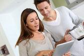 Casal em casa olhando na internet — Fotografia Stock
