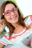 Portret van grappig meisje met roze bril op — Stockfoto