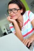 Lächelnde junge frau mit brille — Stockfoto