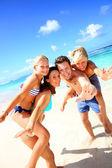 在海滩上玩的四人家庭 — 图库照片
