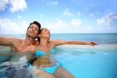 Coppia rilassante in piscina — Foto Stock