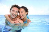 Couple having fun in swimming-pool — Stock Photo