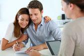 пара, подписание контракта недвижимость — Стоковое фото