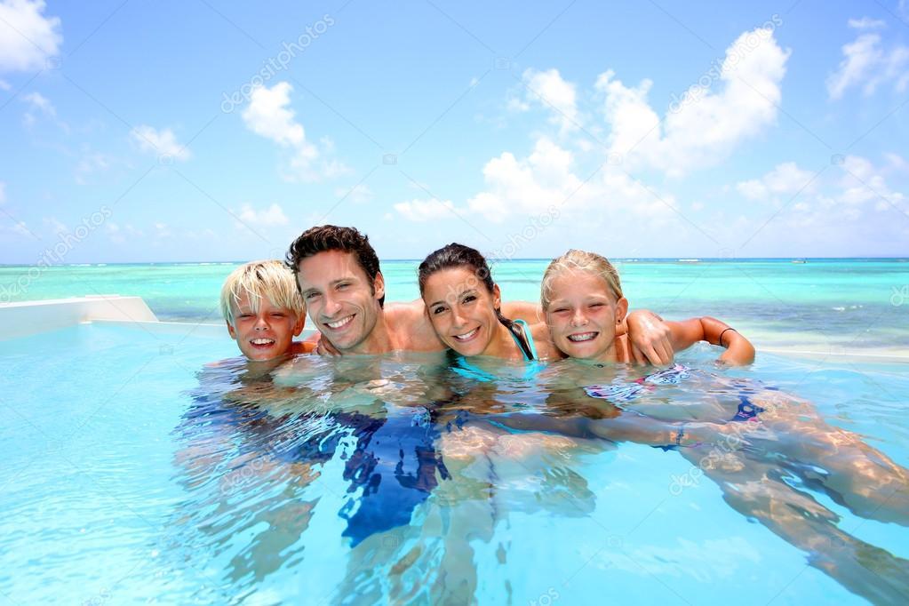 Famille de quatre personnes se baigner dans la piscine for Family swimming pool