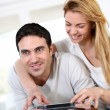 Couple at home playing video games — Stockfoto