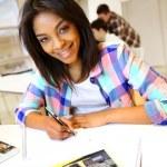 Ritratto di ragazza studentessa scrivendo su notebook — Foto Stock #27926979
