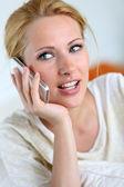 Portrait de la fille blonde à l'aide de smartphone — Photo