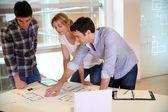 Equipe de arquitetos trabalhando em planos de construção — Fotografia Stock