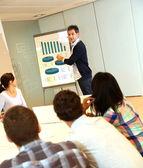 Lehrer präsentiert business-plan für college-studenten — Stockfoto