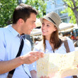 Couple in Santa Ana square of Madrid reading city map — ストック写真