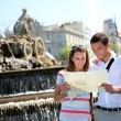 Couple of tourists reading map in Plaza de Cibeles, Madrid — Stock Photo