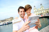 Couple reading touristic map in Barcelona — Foto de Stock