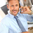 Businessman talking on mobile phone — Stockfoto