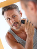 Handsome guy shaving — ストック写真