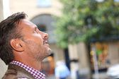 Man in town looking up — Foto Stock