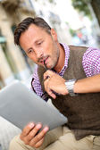 Stylish man reading news on internet — Stock Photo