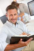 Empresario escribiendo en agenda — Foto de Stock