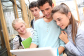 Teenagers working on laptop — Stockfoto