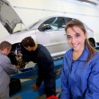 Woman in auto mechanics training class — Stock Photo