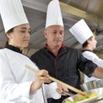Šéfkuchař výuky studentů, jak připravit jídlo Vok — Stock fotografie #35261081