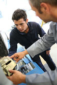 Teacher and student in auto mechanics training class — Stock Photo