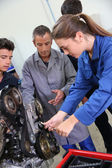 Mechanics training class with teacher and students — Stockfoto