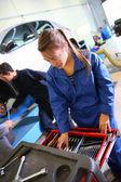 Woman in auto mechanics training class — Stock Photo