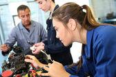 Clase de capacitación mecánica con maestros y estudiantes — Foto de Stock