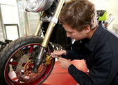 Teenager repairing motorbike — Stockfoto