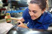 Aluno, trabalhando no carro em repairshop — Fotografia Stock