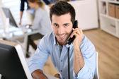 Pracownik biurowy, rozmawia przez telefon — Zdjęcie stockowe