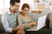 Couple using credit card to shop on internet — Foto Stock