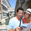 Couple looking at map by the Bridge of Sighs — Stock Photo