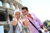 Couple in front of the Coliseum — Stock Photo