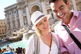 Tourists standing by the Trevi fountain — 图库照片