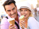 Couple eating ice cream cones — Stock Photo
