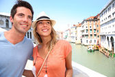 Couple of tourists on the Rialto bridge — Stock Photo