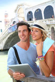 Couple in Venice standing in front of the Rialto bridge — Stock Photo