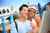 Couple in front of the Rialto bridge — Stock Photo