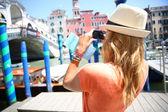 Woman taking picture of Rialto bridge — Stock Photo