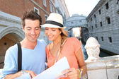 Couple looking at tourist guide by the Bridge of Sighs — Stock Photo